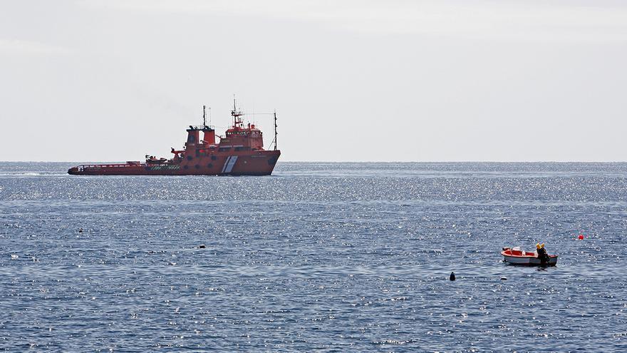 Tres barcos de Salvamento Marino recogiendo fuel frente a la costa de Tasarte. (Foto: Alejandro Ramos)