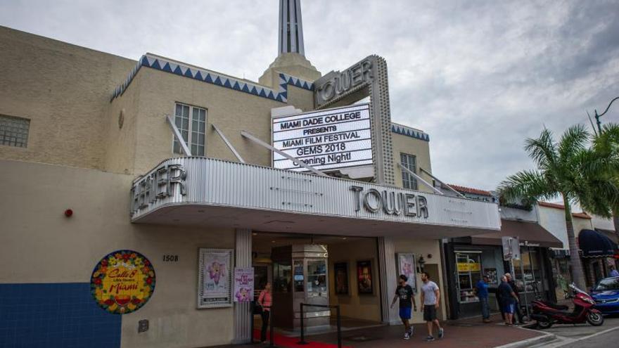 Fotografía de archivo fechada el 11 de octubre de 2018, que muestra una vista de la fachada del Tower Theatre de Miami (EE.UU.).