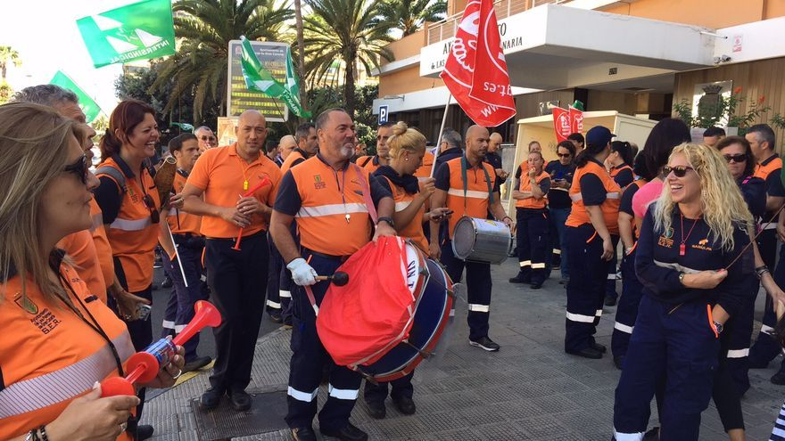 Decenas de trabajadores de Sagulpa se concentraron frente al Ayuntamiento de Las Palmas de Gran Canaria.