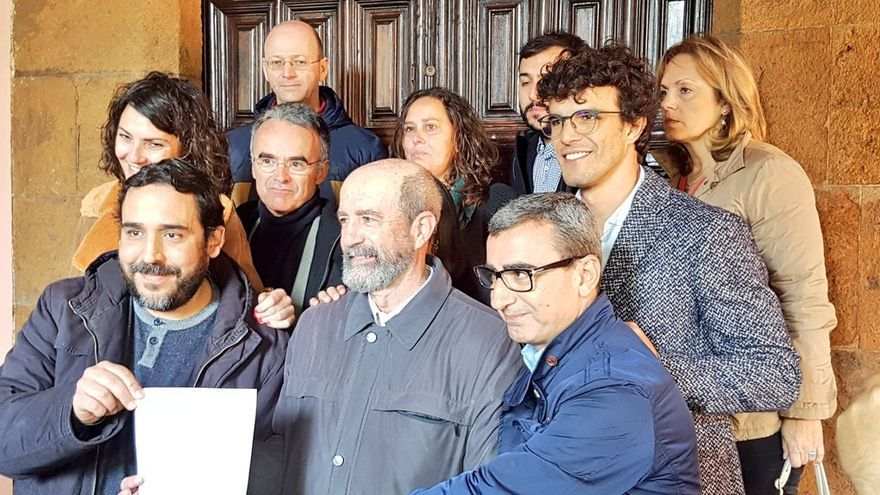 Concejales de Unid@s se Puede, Por Tenerife-NC y del PSOE en la puerta del Ayuntamiento de La Laguna