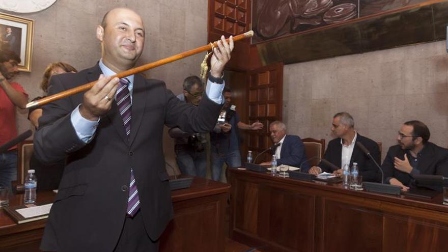 José Domingo Regalado, de Coalición Canaria, es proclamado alcalde de Granadilla de Abona (Tenerife), tras prosperar la moción de censura que presentó su grupo junto al Partido Popular contra el anterior alcalde, Jaime González Cejas (PSOE). EFE/Ramón de la Rocha