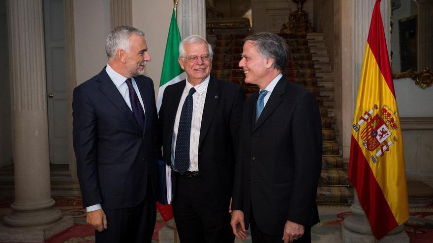 ESPAÑA ITALIA:GRAF2146. MADRID, 05/11/2018.- El Ministro de Exteriores, Josep Borrell (c), se reúne con su homologo italiano, Enzo Moavero Milanesi (d) y con el embajador italiano, Stéfano Sannino (i) en el Palacio de Santa Cruz -