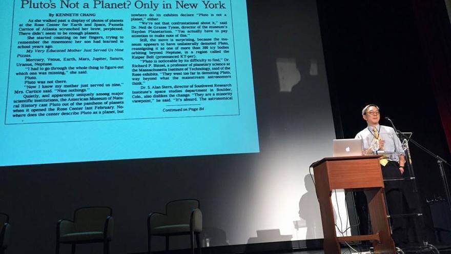 El periodista científico Kennet Chang de The New York Times, en el Teatro Circo de Marte, durante la charla inaugural del foro 100xCiencia. Foto:Anselmo Pestana.