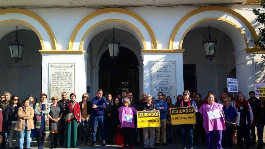 Asociaciones de mujeres, feministas, autoridades y ciudadanos en la concentración contra la violencia de género en Mérida.