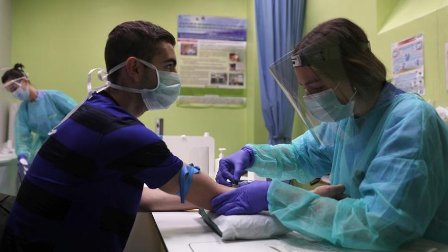 Una enfermera extrae sangre de un ciudadano que fue diagnosticado de COVID-19 por síntomas, pero no se pudieron hacer la prueba y forma parte de un estudio de Osakidetza a 4000 ciudadanos del País Vasco.