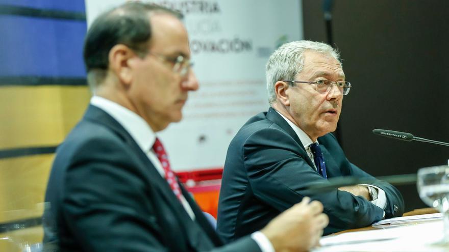 El consejero Rogelio Velasco acompañado por el presidente de la CEA