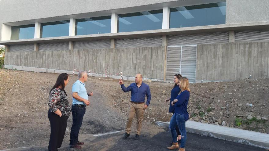 Antonio Hernández, alcalde de La Guancha, junto al recinto con piscina aún sin terminar, en el norte de Tenerife