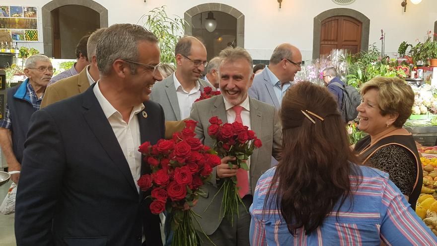 Sergio Matos y Ángel Víctor Torres, este martes, en el mercado de La Recova de Santa Cruz de La Palma.