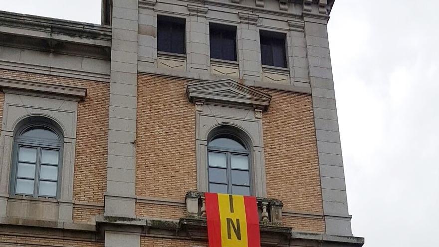Bandera con referencia religiosa en la Diputación de Toledo / IU