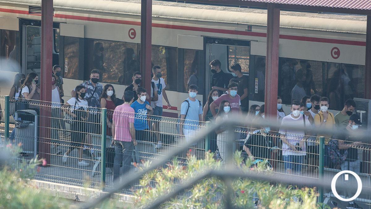 Alumnos llegando a Rabanales en el cercanías de Renfe