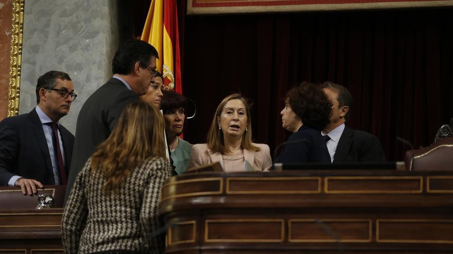 Ana Pastor regaña los diputados por mantener conversaciones en el hemiciclo ignorando al orador