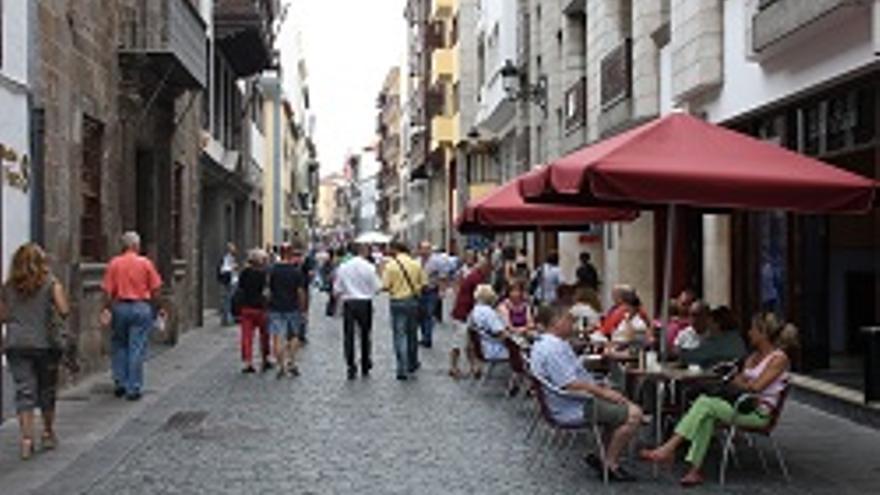 Turistas y vecinos en la calle Real de Santa Cruz de La Palma.