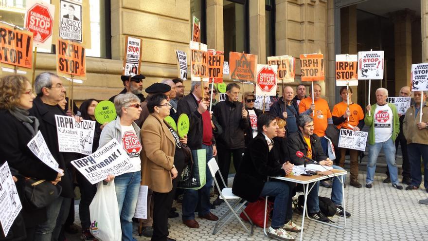 Miembros de la Plataforma IRPH Stop Gipuzkoa se concentran ante la Audiencia Provincial.