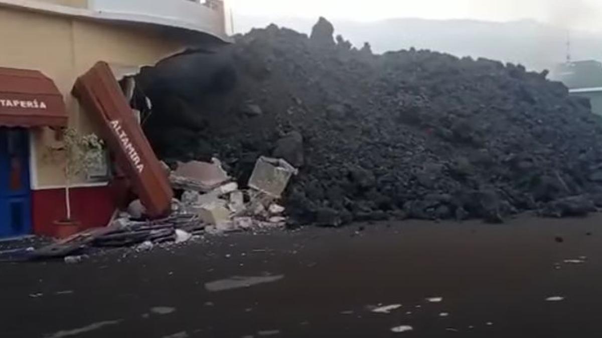 La lava alcanza el restaurante Altamira, ubicado en la carretera general Puerto de Naos, en Todoque (Los Llanos de Aridane)