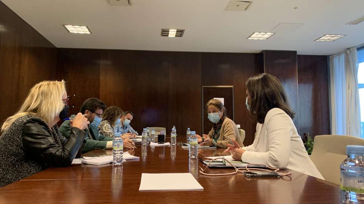 La vicepresidenta primera y consejera de Hacienda y Administración Pública, Pilar Blanco-Morales, se ha reunido con patronal y sindicatos para abordar el Plan para la Recuperación de Extremadura