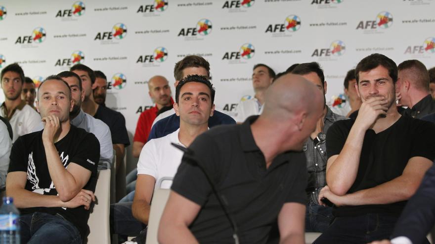 Iniesta, Xavi, Casillas y otros jugadores, detrás del presidente de la AFE, Luis Rubiales, en la convocatoria del paro. Foto: Víctor Lerena/EFE.