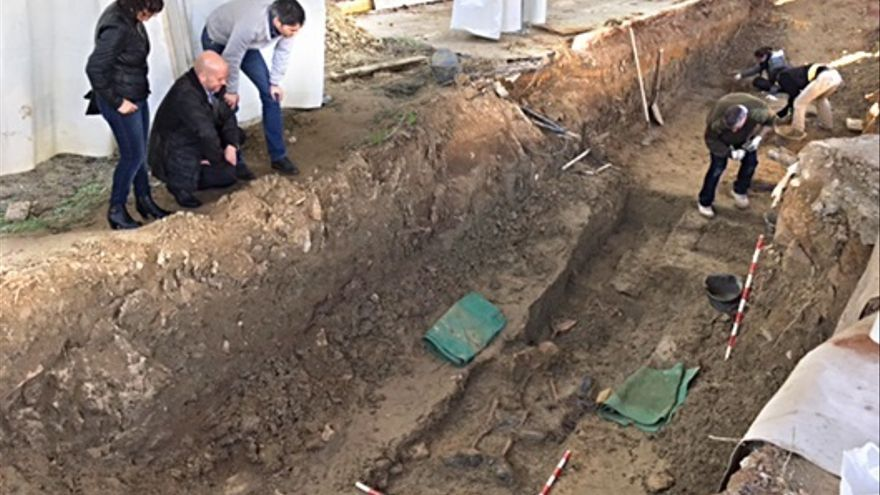 Avanzan los trabajos de recuperación de víctimas del franquismo de la fosa del cementerio de Camas