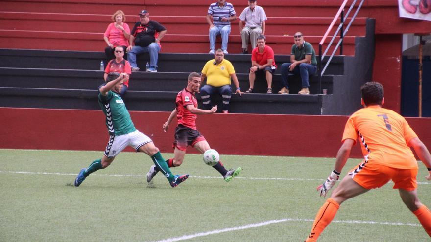 En la imagen, un momento del partido jugado este domingo. Foto: JOSÉ AYUT.