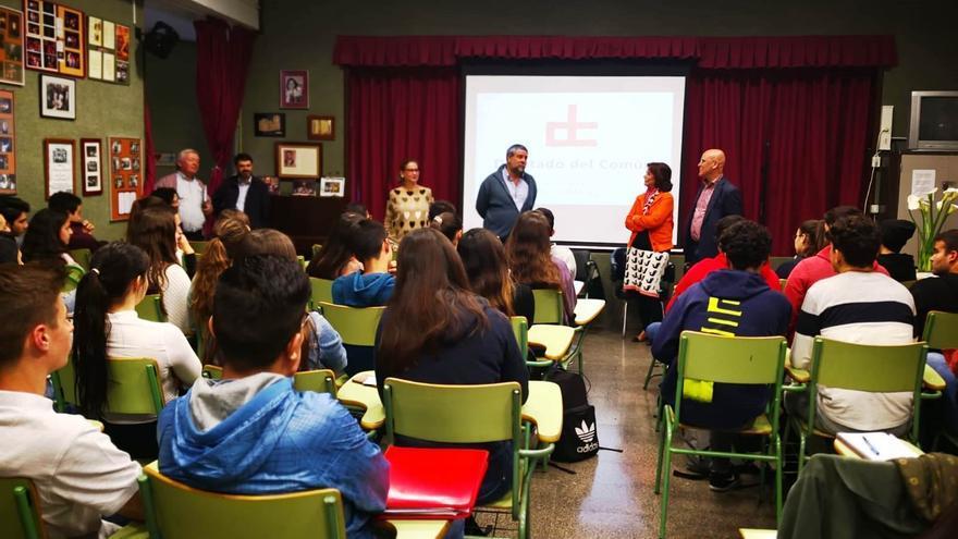 El Diputado del Común, Rafael Yanes, acompañado por  la adjunta segunda, Milagros Fuentes, impartió una charla a los estudiantes de segundo de Bachillerato IES Eusebio Barreto.
