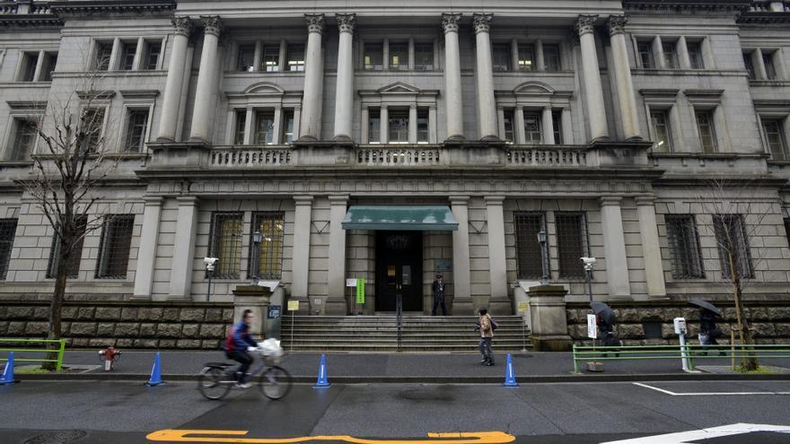 El BoJ mantiene su política monetaria y rebaja su previsión de inflación