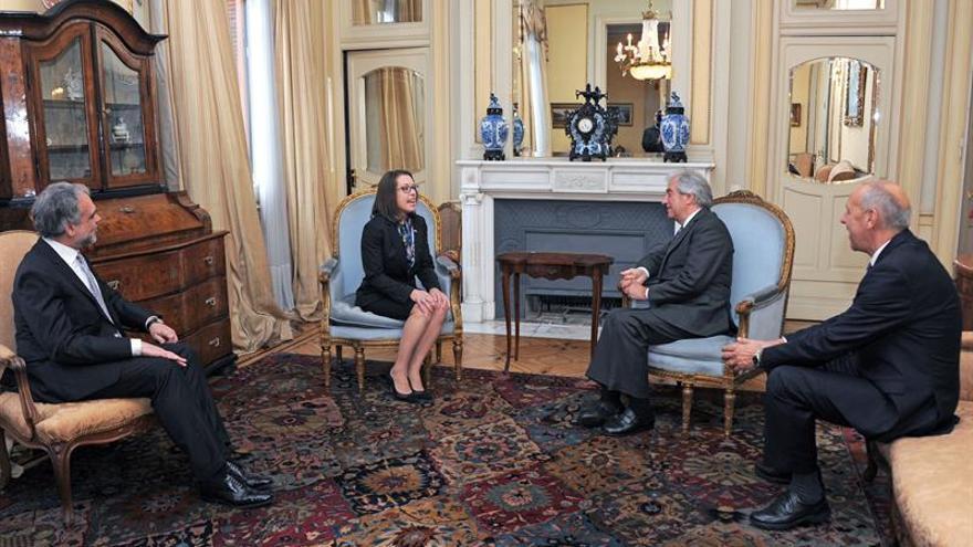 Presidente de Uruguay recibe credenciales de embajadores de México y EE.UU.