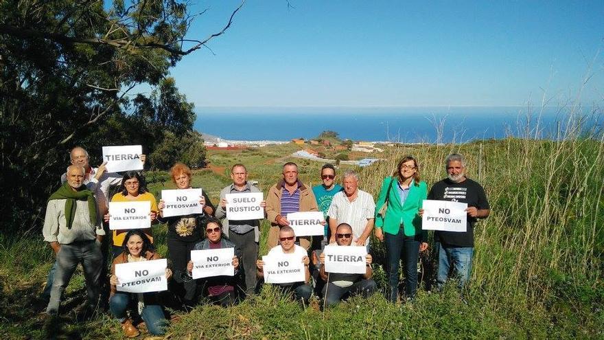 Fernando Sabaté y representantes vecinales en la zona de Los Rodeos / Podemos Tenerife (Facebook)