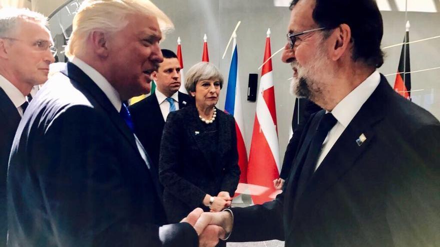 Mariano Rajoy saluda a Donald Trump en Bruselas.
