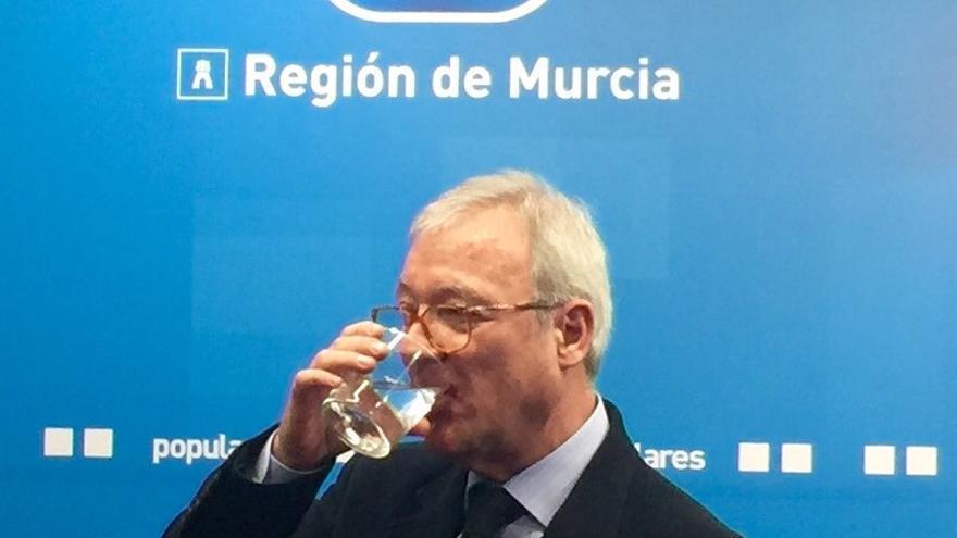 Valcárcel se defiende en la sede del Partido Popular murciano, del que es presidente / MJA