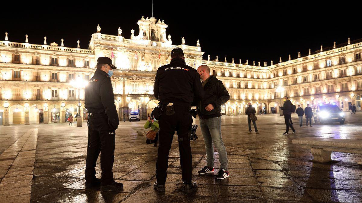 Agentes de la Policía Local y Nacional en Salamanca, este invierno, tras el toque de queda. EFE/J.M.GARCIA/Archivo