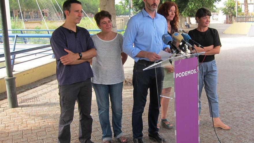 Óscar Urralburu y varios diputados regionales de Podemos junto al río Segura, en Murcia / Europa Press