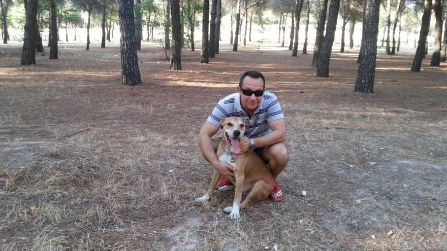 Javier Limón Romero, esposo de la auxiliar infectada por ébola, con su perro Excálibur.