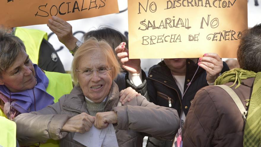 Una mujer rompe la carta que informa de la subida de pensiones en la manifestación en Murcia / CARLOS TRENOR