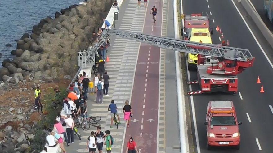 Rescate de un hombre que cayó a los tetrápodos de la Avenida Marítima. (TWITTER POLICÍA LOCAL)