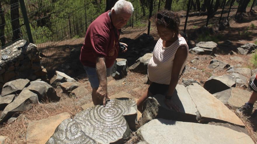 Jorge Pais y Loubna Dardane observan unos grabados rupestres. Foto: CLAUDIA PAIS.