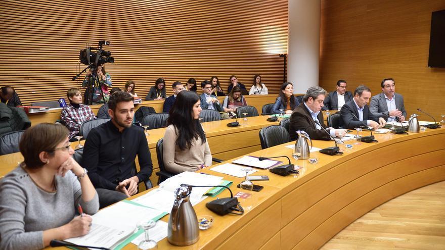 Representantes de los grupos parlamentarios durante la comisión de Economía en las Corts Valencianes