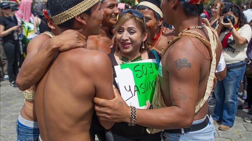 Entregan firmas a la autoridad electoral de Ecuador para la consulta sobre el petróleo