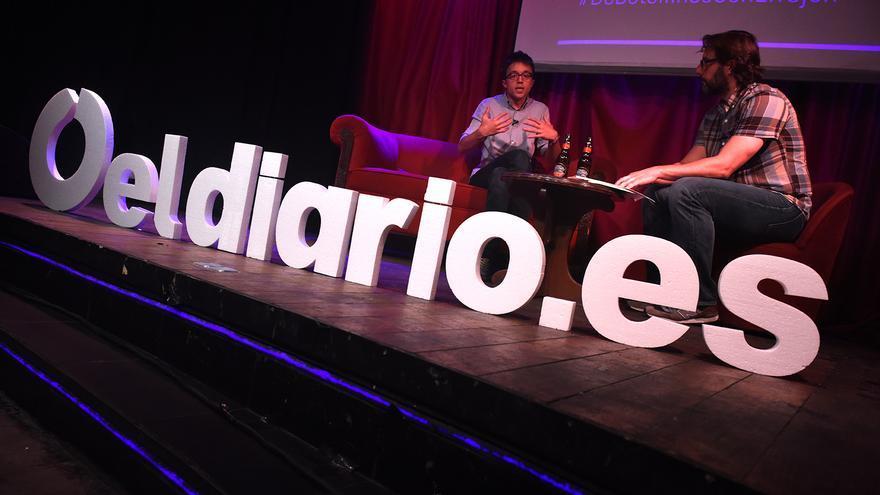 El dirigente de Podemos Íñigo Errejón y el redactor jefe de Política de eldiario.es, Andrés Gil, en los botellines con...