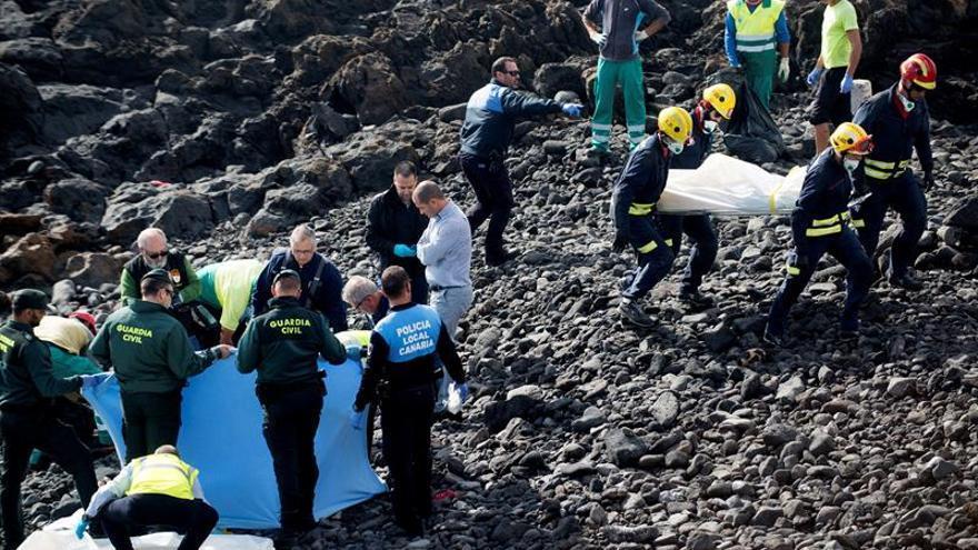 Siete muertos y una persona en estado crítico al encallar una patera en la costa de Lanzarote