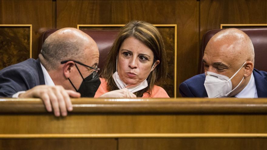 La portavoz del PSOE en el Congreso Adriana Lastra (c) durante una sesión plenaria en el Congreso de los Diputados, a 8 de junio de 2021, en Madrid, (España). El Pleno de hoy, que tiene lugar en medio de las críticas al Gobierno para llevar a cabo los ind