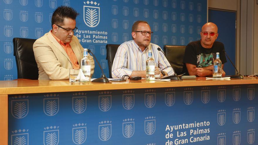 El concejal de Movilidad del Ayuntamiento capitalino, José Eduardo Ramírez, acompañado por el coordinador de eventos de la Cadena Ser en Las Palmas, Javier Lorenzo, y el líder de Los Coquillos, Ginés Cedrés,