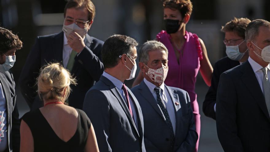 El presidente del Gobierno, Pedro Sánchez, con el presidente de Cantabria, Miguel Angel Revilla