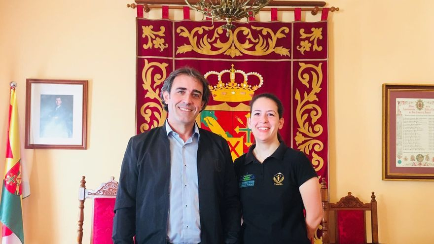 La joven estudiante  de  San Andrés y Sauces Alba Gmelch González con el alcalde de municipio, Francisco Paz.