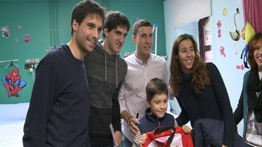 Jugadores del Athletic visitan a niños enfermos en el Hospital de Basurto, en Bilbao