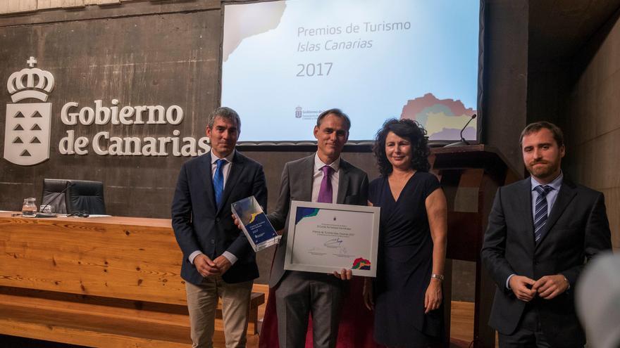Momento de la entrega del premio a Carlos Fernández.