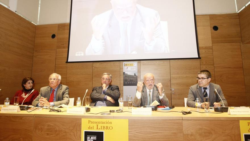 Fernando Ledesma (segundo izda.) y José Antonio Martín Pallín (segundo dcha.), en la presentación del libro 'Los jueces contra el franquismo'.