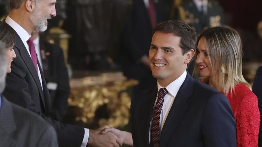 Rivera reprocha a Sánchez que pacte presupuestos con quienes reprueban al rey