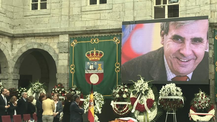 """Cientos de personas despiden a Rafael de la Sierra, un """"gran político y mejor persona"""""""