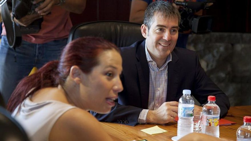 El presidente del Gobierno de Canarias, Fernando Clavijo, junto a la vicepresidenta del Ejecutivo canario y consejera de Empleo y Políticas Sociales, Patricia Hernández. (Efe/Ramón de la Rocha).