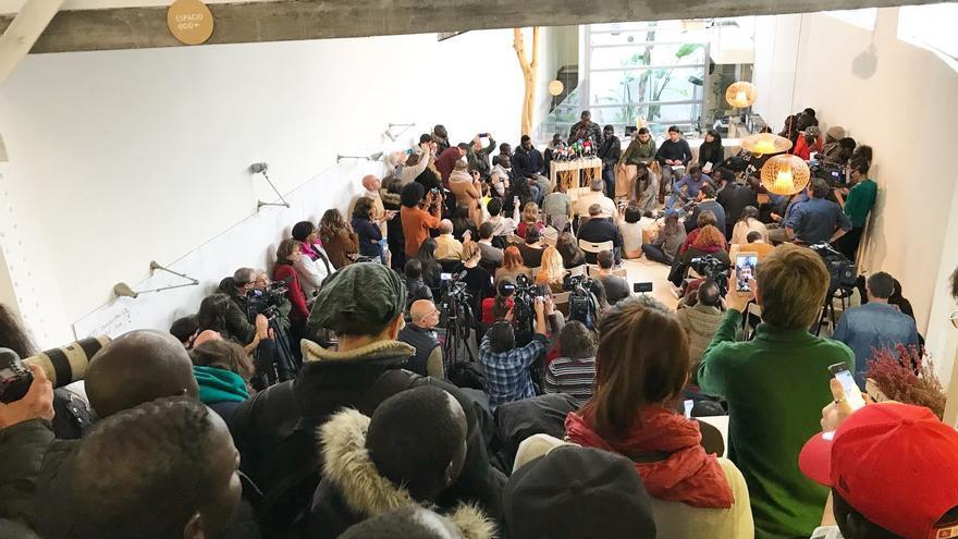 """La rueda de prensa del Sindicato de Manteros y Lateros de Madrid se ha llenado de compañeros de Mbaye que han reclamado """"justicia"""" tras su muerte."""