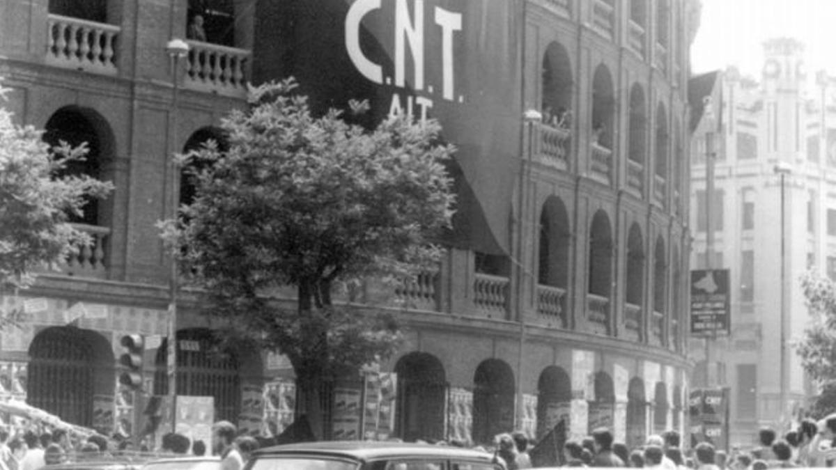 Mitin de la CNT a la Plaça de Bous de València al 1977.